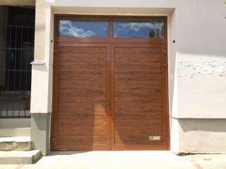 Dvoukřídlá Garážová vrata,design LAMELA-ZLATÝ DUB, PROSKLENÝ NADSVĚTLÍK Brno