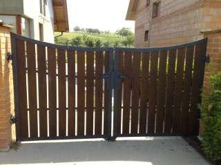 Dvoukřídlá Brána + branka,zakázková - zámečnická výroba, dřevěná výplň,Brno