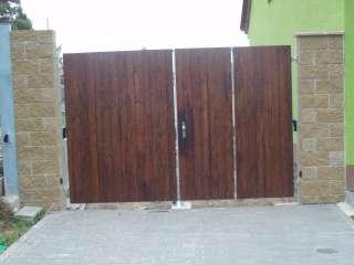 Dvoukřídlá Brána + vstupní dveře + pohon,hliníková konstrukce,dřevěná výplň,Holásky