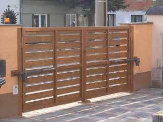 Dvoukřídlá brána, ocelový rám + dřevěná výplň + el. pohony TOUSEK