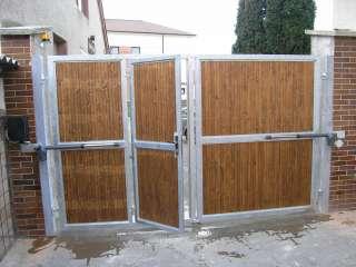 Dvoukřídlá ocelová brána s integrovanou brankou, žárově zinkováno+dřevěná výplň+el. pohony TOUSEK, Brno