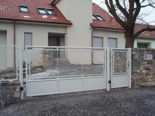 Jednokřídlá ocelová brána+nástřik+výplň žebérkové pletivo+oplocení před RD, Brno