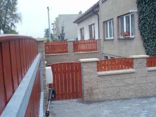 Jednokřídlá ocelová brány + vstupní branka+rám žárově zinkován+dřevěná výplň+el. pohon TOUSEK, Brno