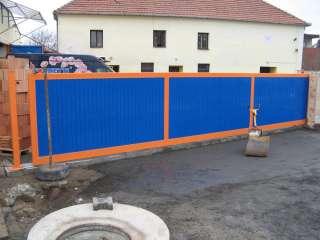 Posuvná brána po KOLEJNICI-KOLEČKO, barva RAL, výplň trapézový plech+pohon, Holubice