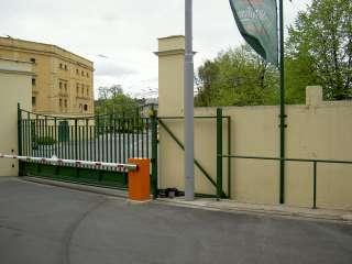 Samonosná brána 8x2m, výplň plná+jakl-design+závora, PIVOVAR STAROBRNO
