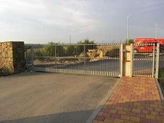 Samonosná brána, hliníková konstrukce, Brno
