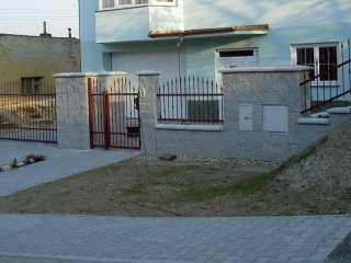 Samonosná posuvná brána + branka + oplocení, zakázková zámečnická výroba, červená RAL,Brno