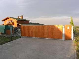 Samonosná posuvná brána + branka, hliníková konstrukce,dřevěná výplň, Brno