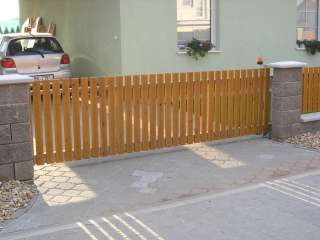 Samonosná posuvná brána + oplocení, hliníková konstrukce,dřevěná výplň,Brno