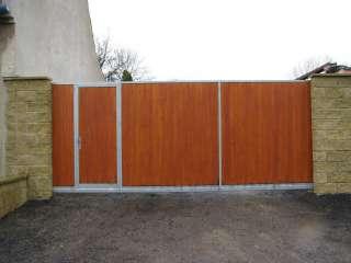 Samonosná posuvná brána, dřevěná výplň + dveře, Brno