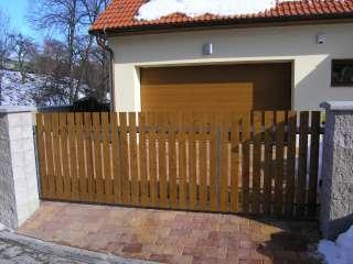 Samonosná posuvná brána, hliníková konstrukce,dřevěná výplň,hnědý RAL, Brno