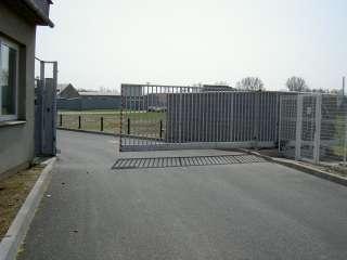 Samonosná posuvná brána,hliníková konstrukce a výplň,Brno