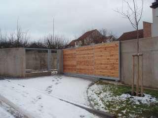 Samonosná posuvná brána,hliníková konstrukce, dřevěná výplň,Brno