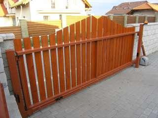 Samonosná posuvná brána,hliníková konstrukce,dřevěná výplň + oplocení,Brno