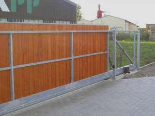 Samonosná posuvná brána,hliníková konstrukce,dřevěná výplň,Brno