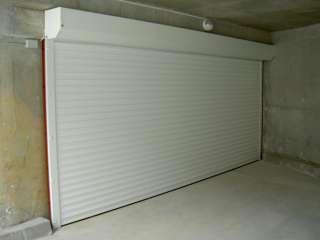 Rolovací vrata -bílá, instalace na fasadu, vjezd do hromadných garáží,Brno