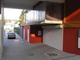 Rolovací vrata -bílá, instalace na fasadu,vjezd pro hromadné garáže,Brno (2)