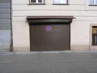 Rolovací vrata - hnědá, instalace na fasadu