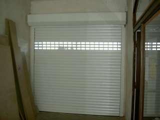 Rolovací vrata -bílá s průhledovými lamelami, standardní montáž ze vnitř otvoru