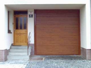 Garážová Vrata sekční, design DRÁŽKA, imitace ZLATÝ DUB ,Brno  +Fe konstrukce