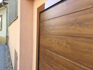 Garážová vrata sekční, design DRÁŽKA, ZLATÝ DUB, RSV rám v RAL, Brno