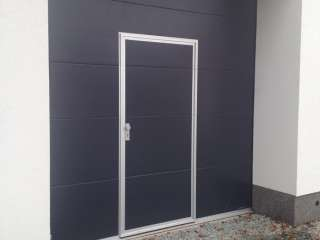 Garážová vrata sekční, design FLAT-HLADKÁ sekce, ANTRACIT ŠEDÁ RAL 7016, integrované vstupní dveře s nízkým prahem, BRNO