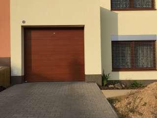 Garážová vrata sekční, design FLAT-HLADKÁ sekce, imitace dřeva, Brno