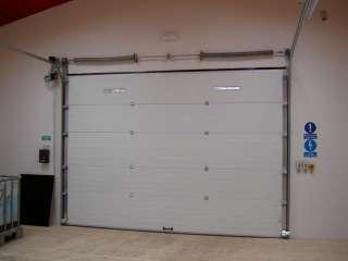 Garážová Vrata sekční design LAMELA, BÍLÁ - pohled zevnitř garáže